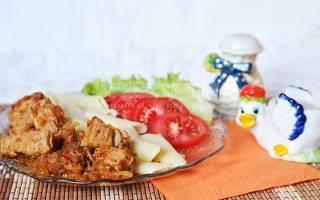 Мясо на сковороде с луком и морковью