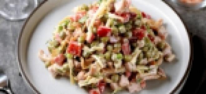 Салат с ветчиной и фасолью и перцем и