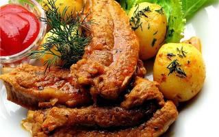 Картошка тушеная с ребрышками свиными в кастрюле