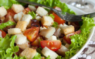 Салат с кириешками и помидорами и сыром